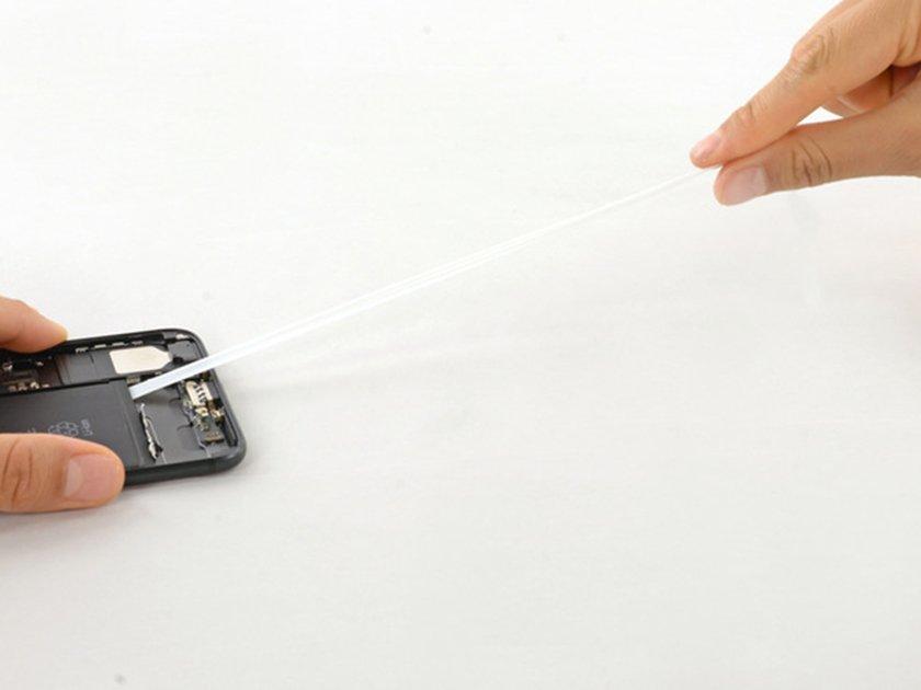 lột bỏ ba dải băng dính ở cạnh dưới của pin